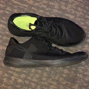Black under armour tennis shoes